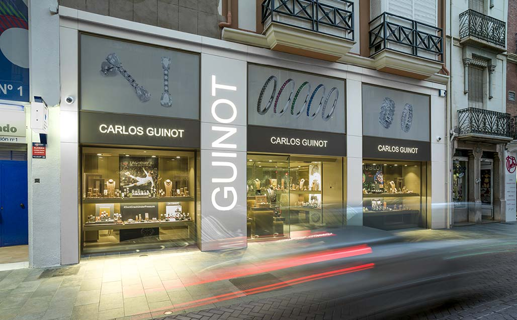 the arquitectura andrés benet studio plans the facade of joyería carlos guinot with krion®.   revestimento exterior