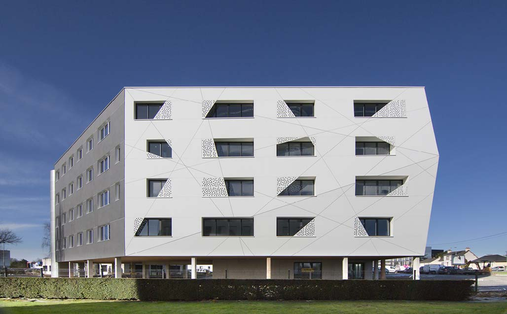 ventilated façade and brise-soleils manufactured by krion® for the le crysto building, in rennes.   revestimento exterior