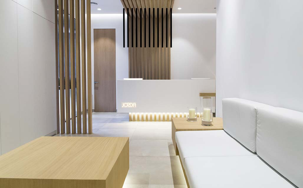 Ébano selects krion to bring a sensation of wellbeing to clínica dental jordá. Solid Surface  healthcare
