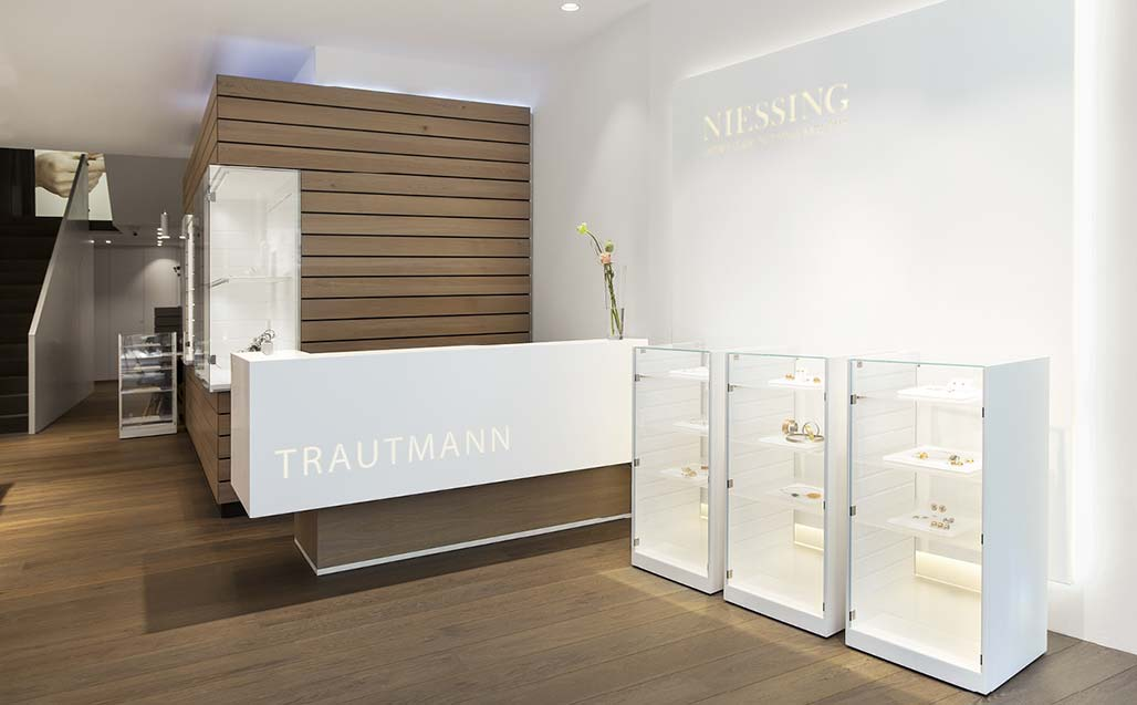 the third generation of juwelier trautmann uses krion in the family establishment.   商业和商务经营场址