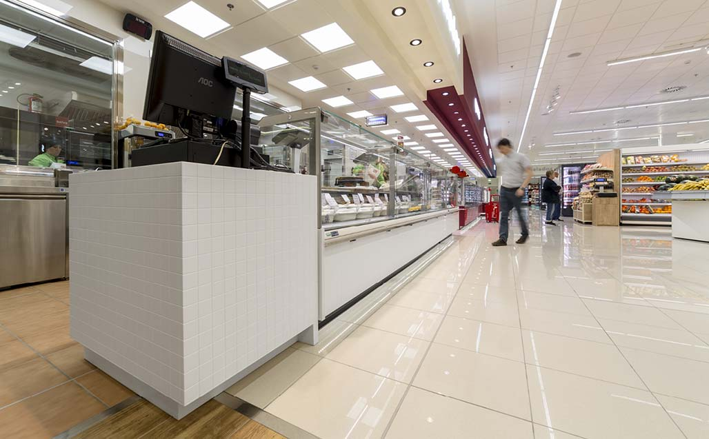 froiz uses krion for its fuenlabrada supermarket in madrid.   商业和商务经营场址