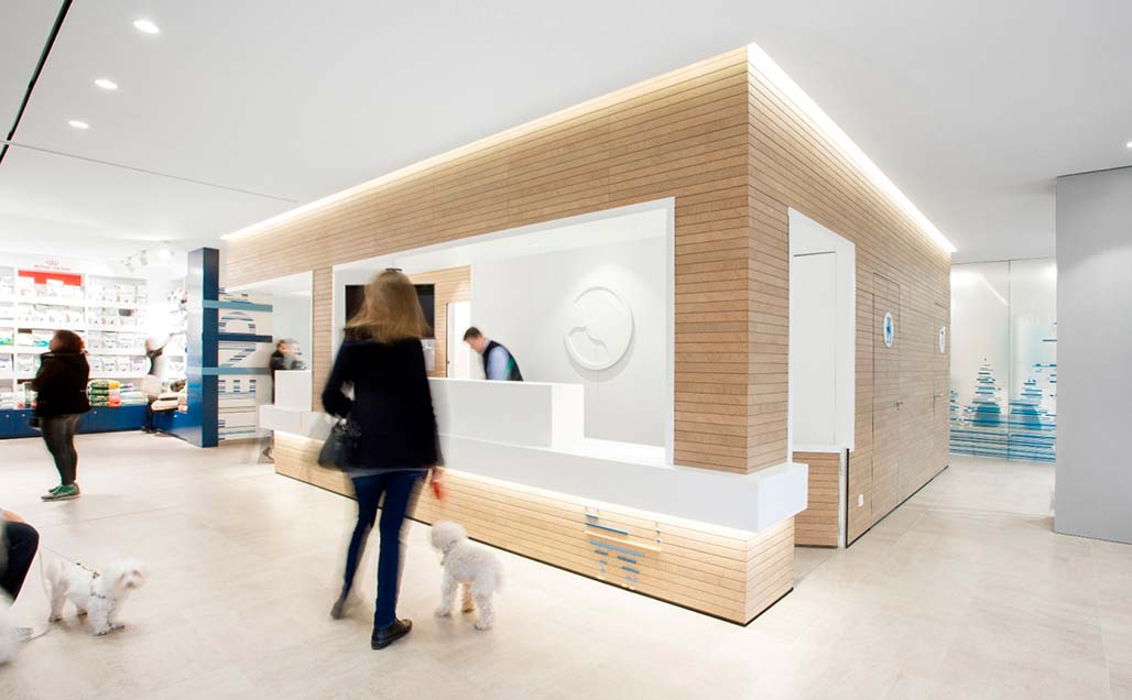Dobleese incorporates KRION Solid Surface in the functional and innovative Hospital Veterinario Constitución