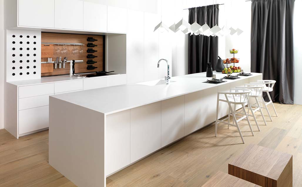 Le chêne et KRION Snow White dans la cuisine Emotions E4.00 de PORCELANOSA Kitchens