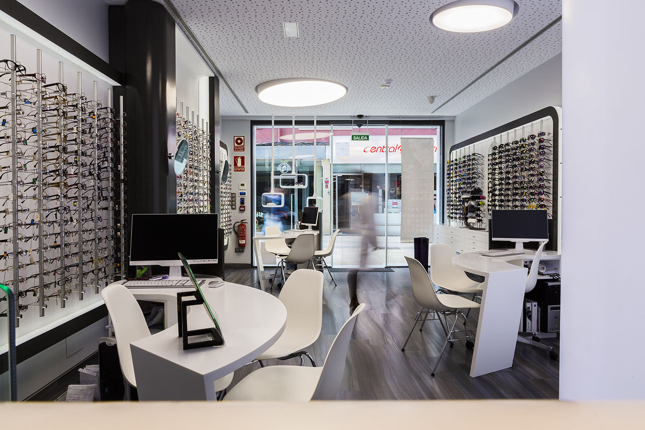 multiopticas ludy - torrelavega, santander (spain). Solid Surface for commercial furniture